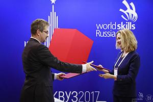 Подписантом со стороны ГК IEK выступил Илья Чаплинский